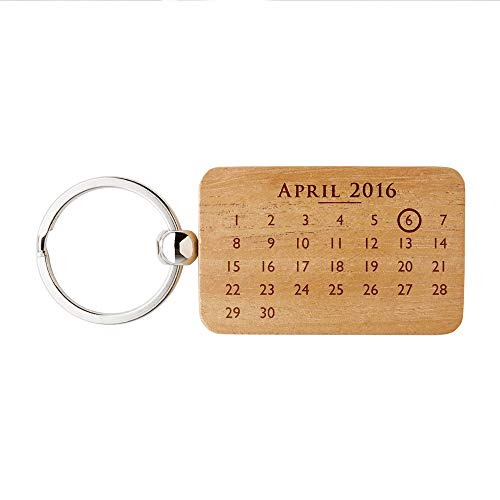 Gravado rechteckiger Schlüsselanhänger aus Holz mit Kalender und Ring Symbol, Personalisiert mit 2 Namen und Wunschdatum, Unisex Accessoire