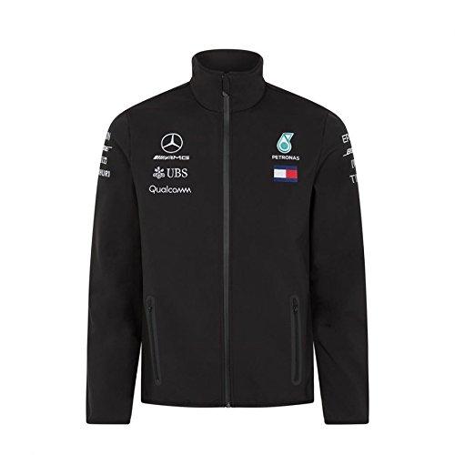 Für einen aktiven Lebenstil auf und abseits der Rennstrecke ist diese Softshelljacke von Mercedes AMG Petronas Motorsport genau richtig. Die gerade geschnittene Herrenjacke überzeugt auf Anhieb mit atmungsaktiven, wind- und wasserabweisenden Eigenschaften. Komplett ausgestattet mit wasserdichten Reißverschlüssen an der Kante und den seitlichen Eingriffstaschen sowie mit einer weichen Innenseite aus Fleece. Zahlreiche Sponsorenlogos machen den sportlichen F1-Style perfekt.