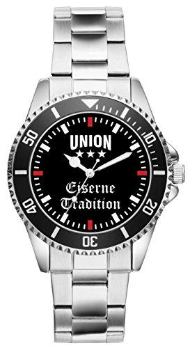 Dank diesem besonderen Modell schauen Sie doppelt so gerne nach der Zeit! Mit einer unserer KIESENBERG Uhren hebt man sich aus der Masse heraus. Ein solides Marken Laufwerk sorgt für Ganggenauigkeit. Das Metall Armband ist in seiner Größe 7-fach verstellbar. Der Durchmesser der Uhr beträgt ca. 43 mm mit Krone und der Spritzwasserschutz beträgt 3 ATM. Dank unserer exklusiven Vertriebsmöglichkeiten von KIESENBERG Uhren kann man sich sicher sein, ein besonders individuelles und einzigartiges Geschenk zu erhalten.