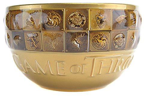 Diese erstklassige Schale verfügt über eine auffällige Gold-Galaxie-Glasur auf der Außenseite, die an die Golddrachen-Münzen von Westeros erinnert, und eine schwarze glänzende Glasur auf der Innenseite. Das Logo ist auf der Vorderseite der Schale in Creme und Gold geprägt, während der obere Teil der Schale ein geprägtes Design hat, das sich vollständig umhüllt. In diesem Entwurf sind die Siegel der bekanntesten Häuser der Geschichte - Stark, Lannister, Targaryen, Baratheon von Dragonstone, Baratheon von Storm's End, Greyjoy und Tyrell - in einer goldenen und bronzenen Fahne dargestellt.