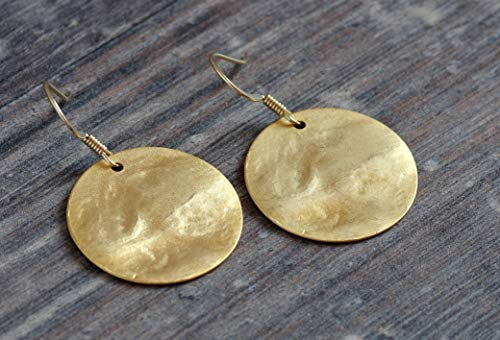 feine matt goldene Ohrringe strukturiert