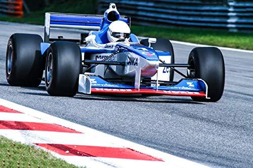 Speed im Doppelpack! Hier wird dein lang gehegter Rennfahrertraum wahr! Denn du darfst an einem Tag gleich zwei Formel-Boliden fahren. Hinzu kommt, dass du in Monza, der schnellsten Grand-Prix-Strecke, Gas gibst. Nach einer Einweisung gehts auch schon los! Du fährst eine Runde als Copilot, bevor du dich selbst hinter das Lenkrad setzt. Dann heizt du 10 Runden mit einem Formel 3 Rennwagen über die Rennstrecke und danach 3 Runden in einem waschechten Formel 1 Wagen. Fühl dich wie ein Rennfahrer und erleb ein unvergessliches Abenteuer in Monza! Teilnahmebedingungen.